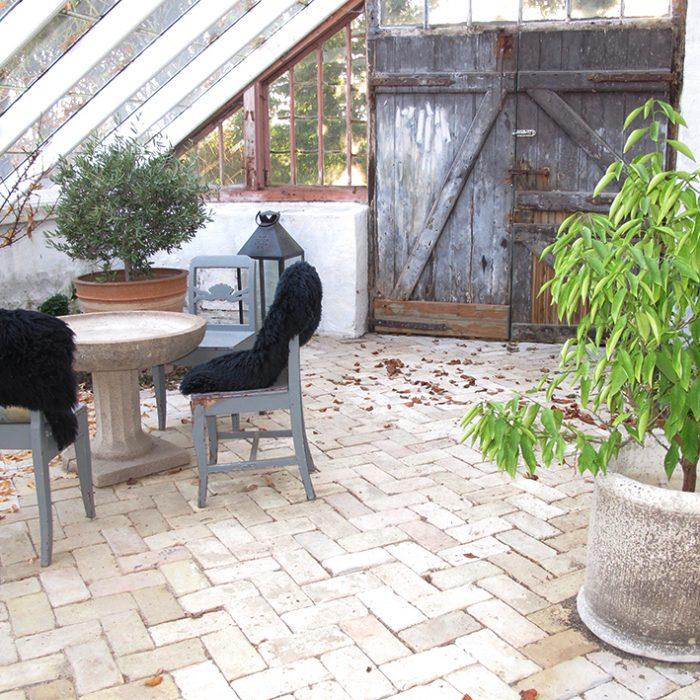 hyggestemning potter lammeskind oliventræ stalddør mursten tegl greenhouse